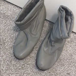 GOOD CONDITION GREY BOOTS SIZE:9